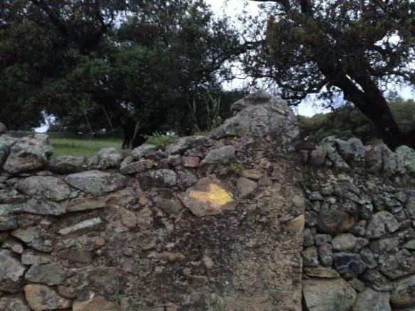 石壁の矢印