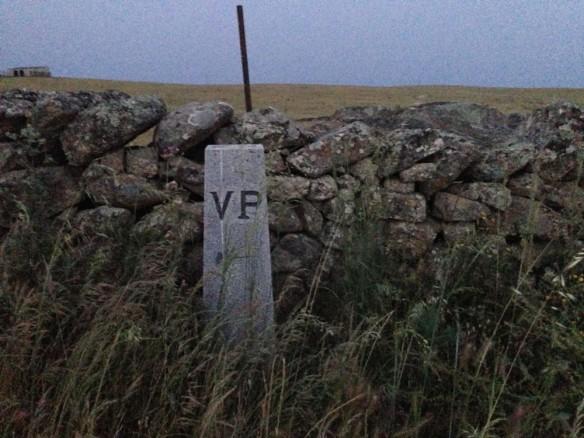 朝、VPの碑。VIa de la Plataの略