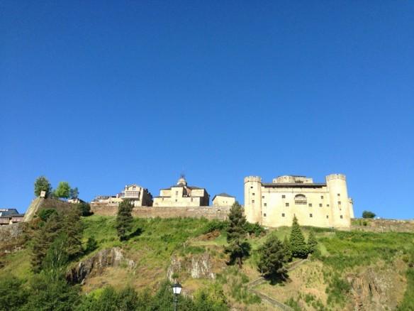プエブラ・デ・サナブリアのお城、丘の下からの眺め