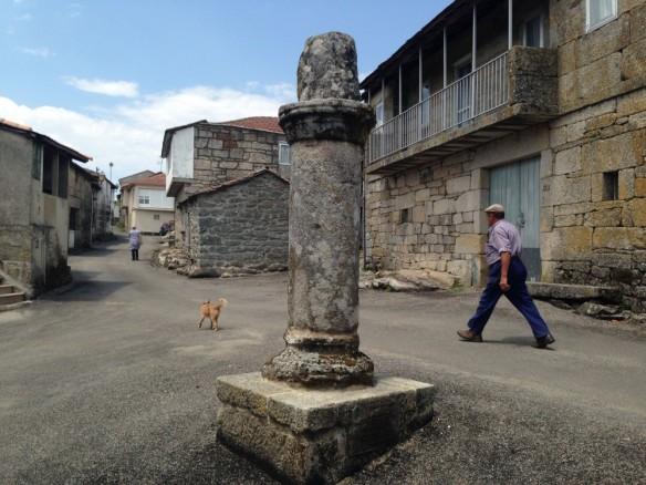 小さな広場中央の古い柱